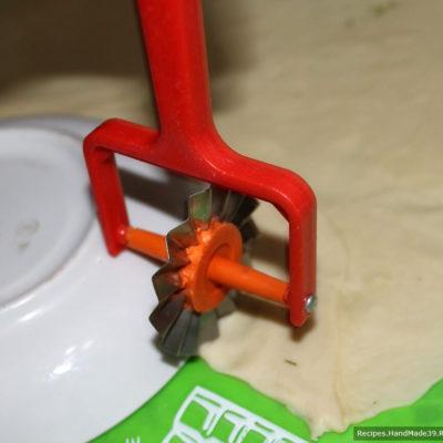 Обрезать край чебурека по кругу (для шаблона можно использовать блюдце)