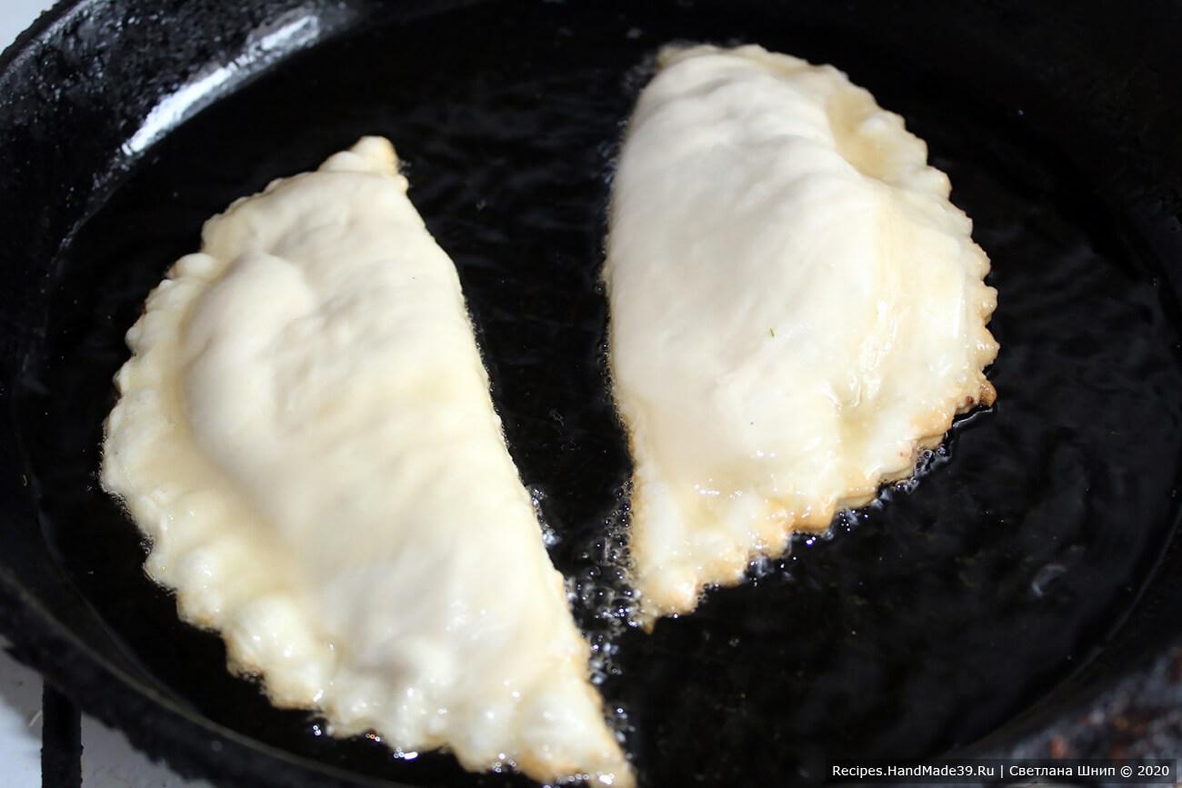 Чебуреки жарить в большом количестве растительного масла с двух сторон до золотистого цвета