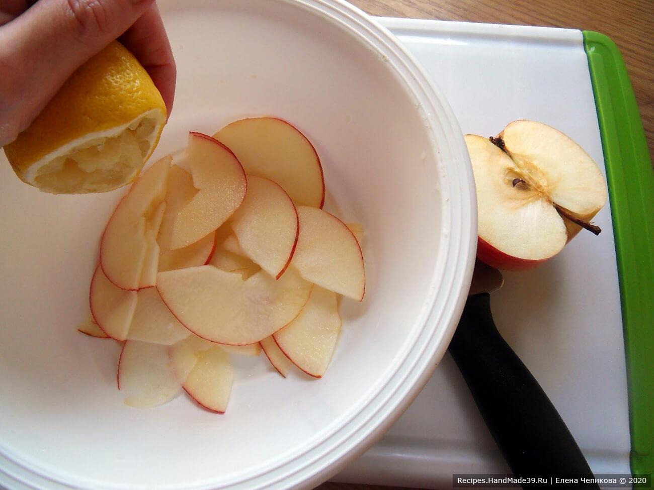 Сложить подготовленные яблочные заготовки в миску и полить лимонным соком, чтобы яблоки не потемнели