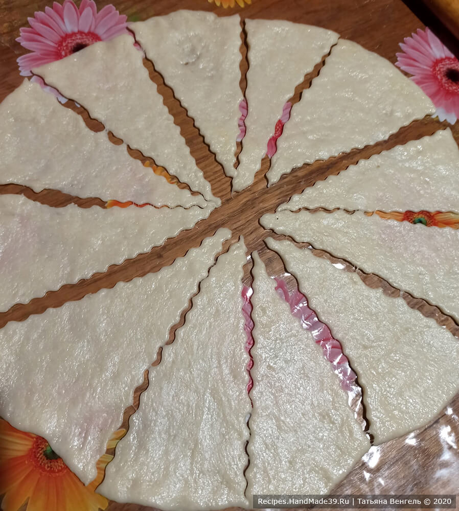 Приготовление рогаликов с вишней: разделить тесто на 3 части, раскатать тонко в круг, нарезать на сегменты