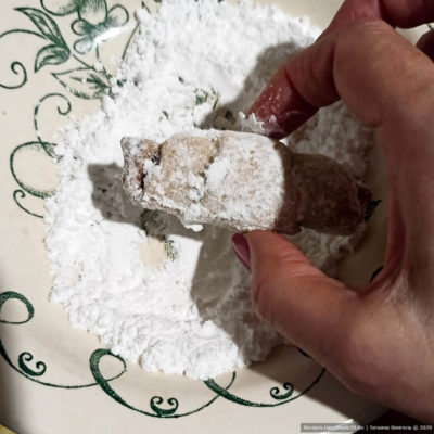 Тёплые рогалики обвалять в сахарной пудре