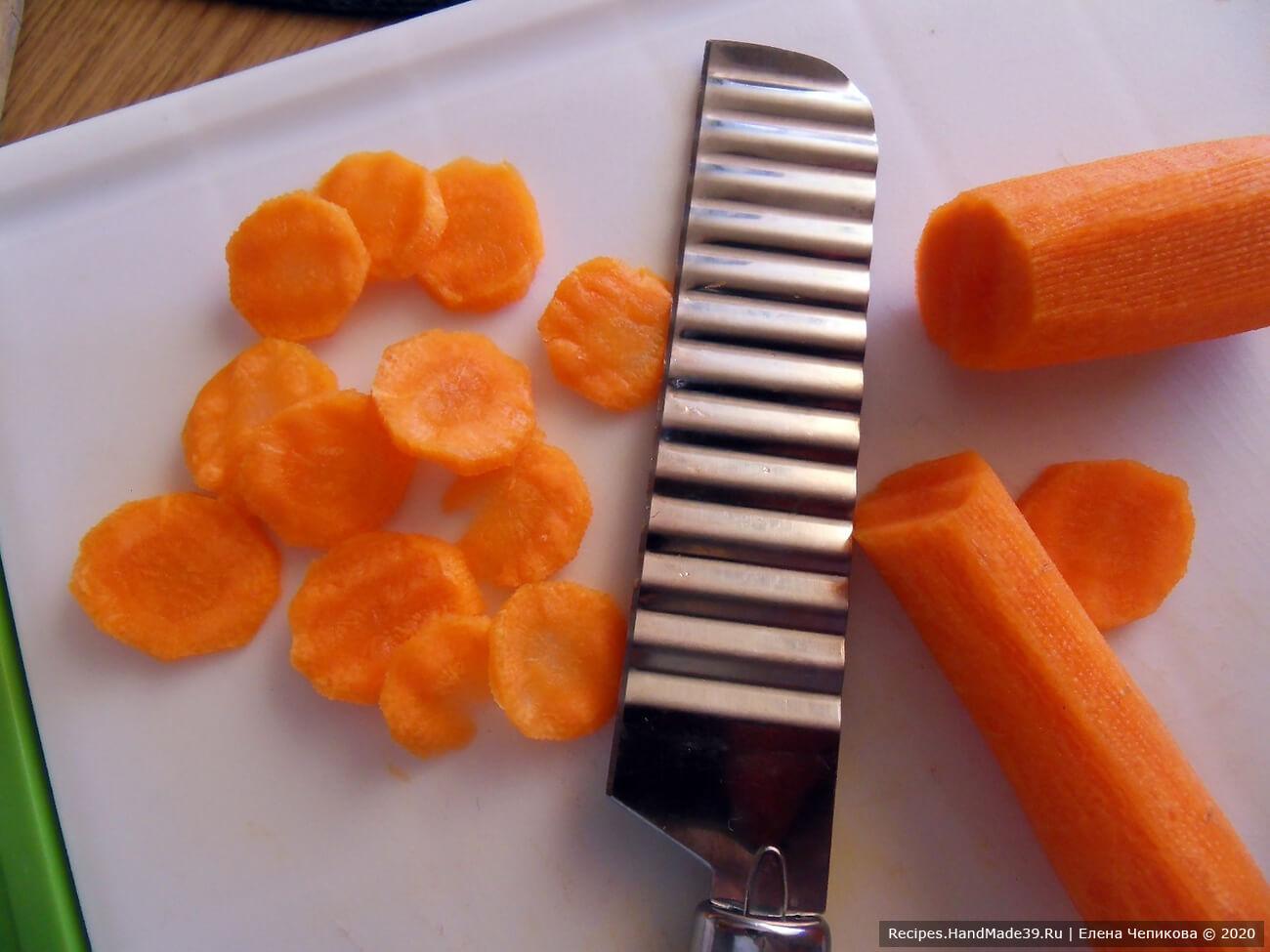 Морковь вымыть, очистить, нарезать тонкими кружочками