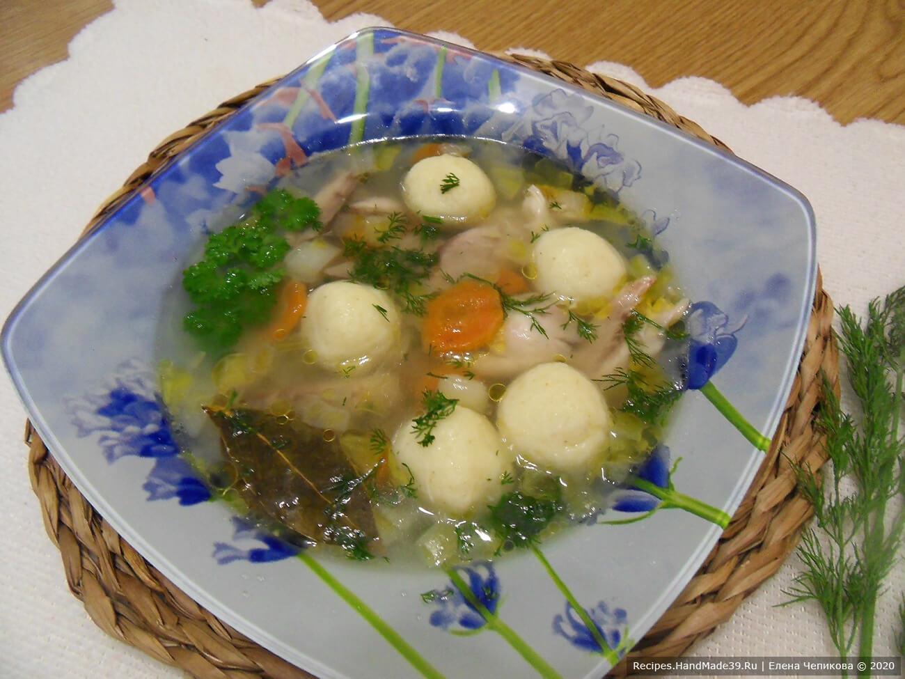 В каждую тарелку выложить варёное куриное мясо, залить бульоном с овощами и клёцками. добавить мелко нарезанную зелень. Приятного аппетита!