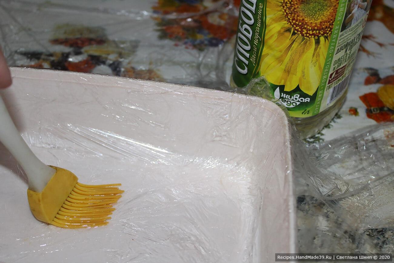 Квадратную форму выстелить пищевой плёнкой, смазать внутреннюю поверхность растительным маслом, чтобы маршмеллоу не прилип