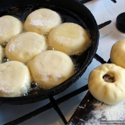 Разогреть глубокую сковороду, налить растительное масло. Приготовленные беляши с мясом обжарить с обеих сторон (сначала с открытой стороны)