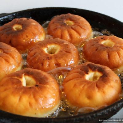 Открытые беляши жарим на сковороде по 3-4 минуты до румяности на среднем огне