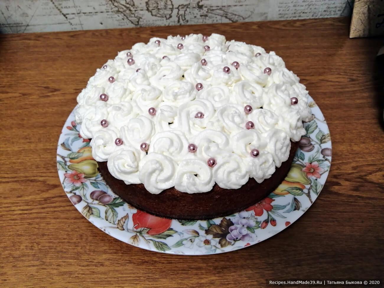 Украшаем бисквитный торт «Три молока» по своему вкусу. Приятного аппетита!