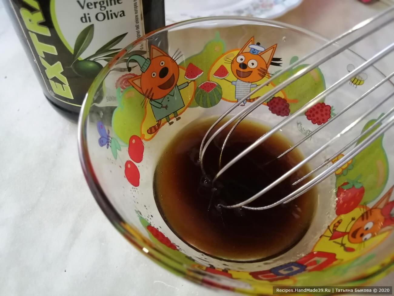 Смешать венчиком до однородной консистенции мёд, бальзамический уксус, лимонный сок, перец, соль и оливковое масло до загущения