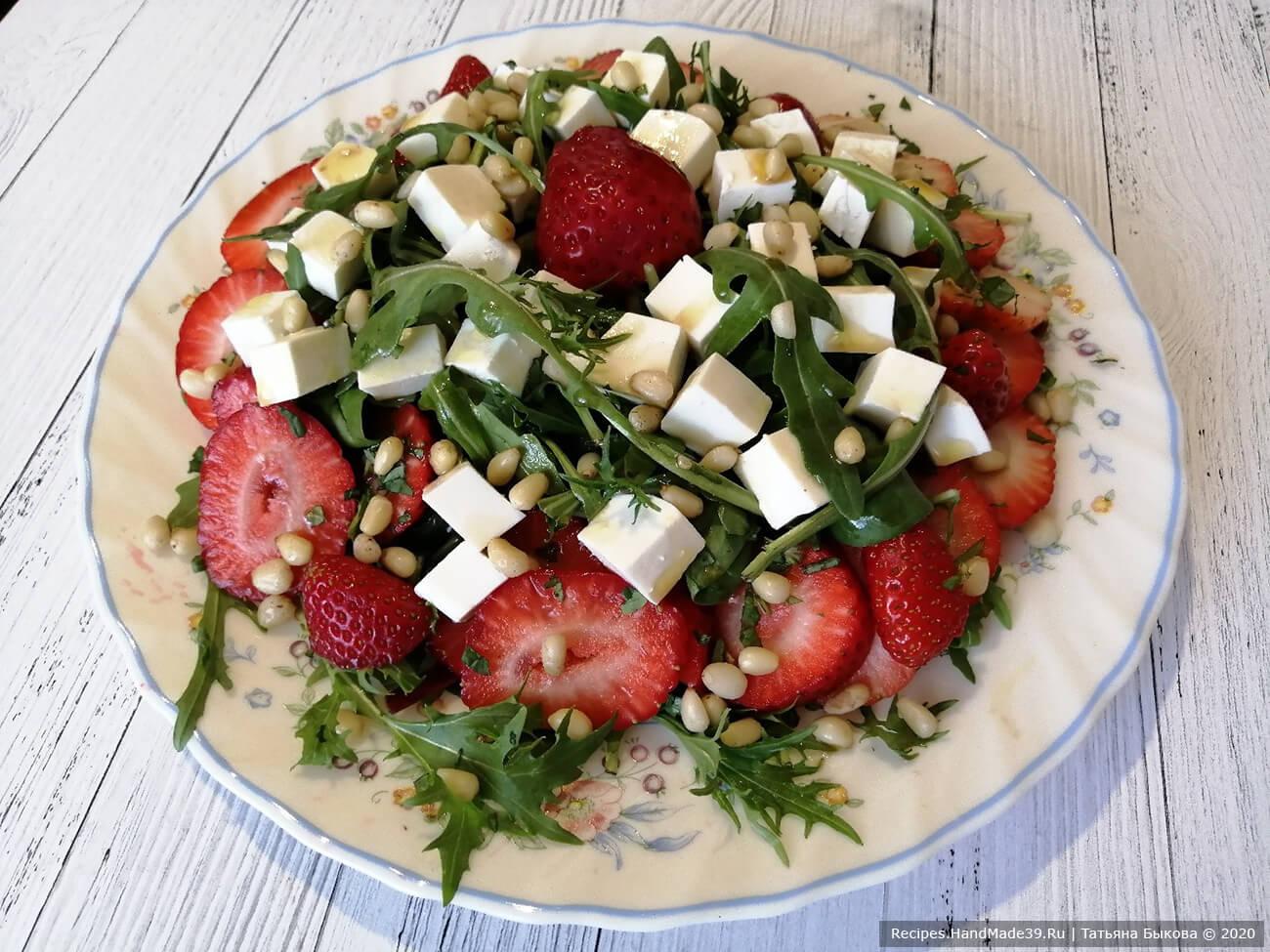 Рецепт полезного итальянского салата с руколой, фетой и клубникой