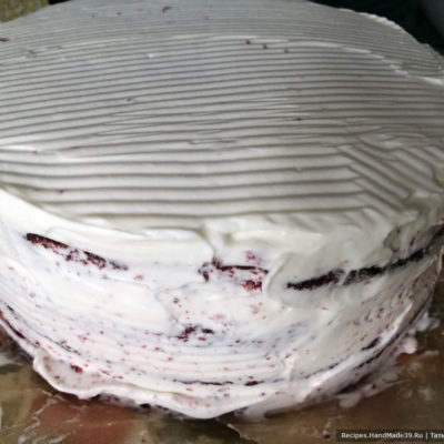 В заключение обмазать торт со всех сторон кремом
