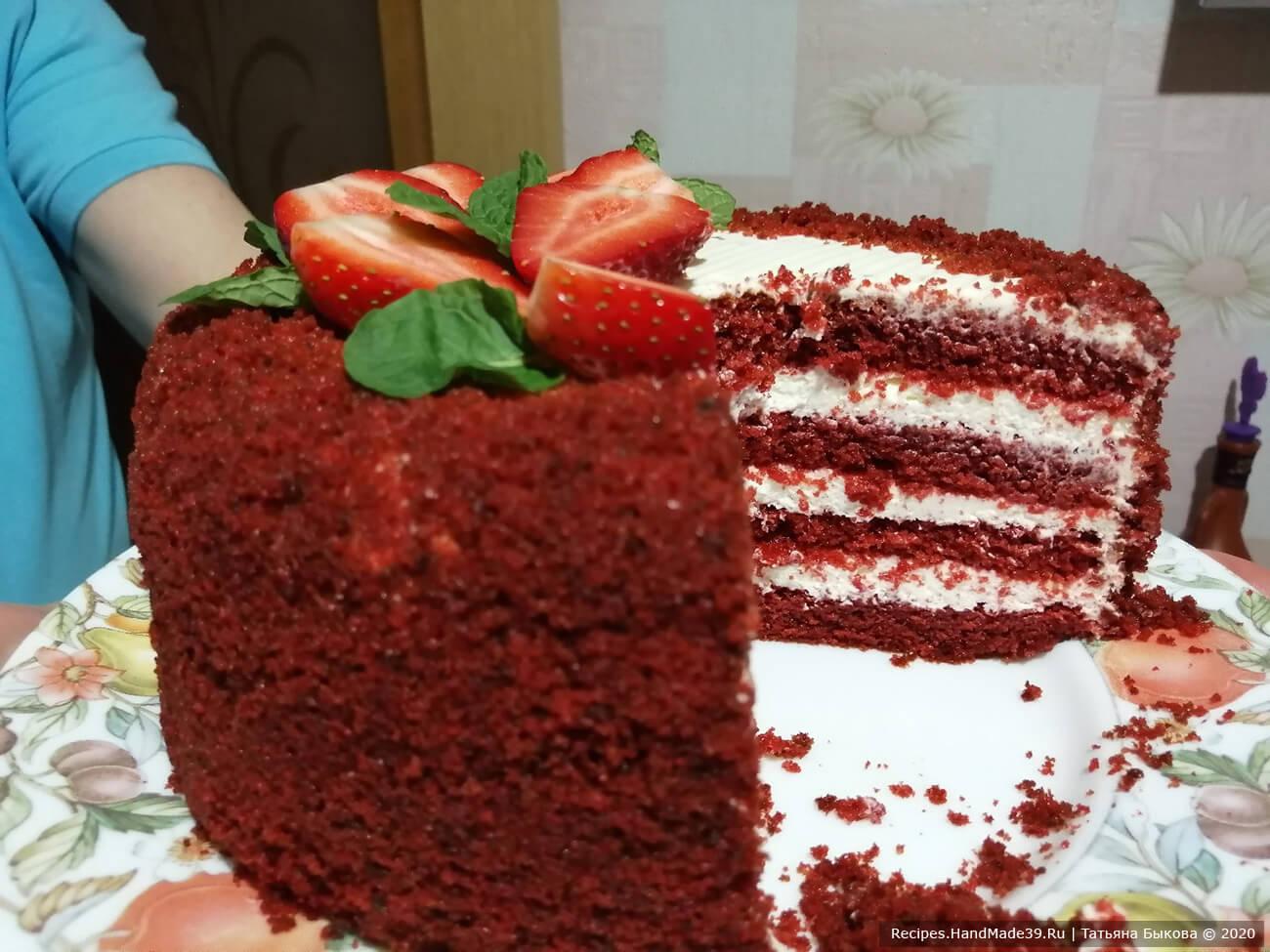 Украсить торт по своему вкусу. Убрать торт в холодильник на 1-2 часа для пропитки и охлаждения