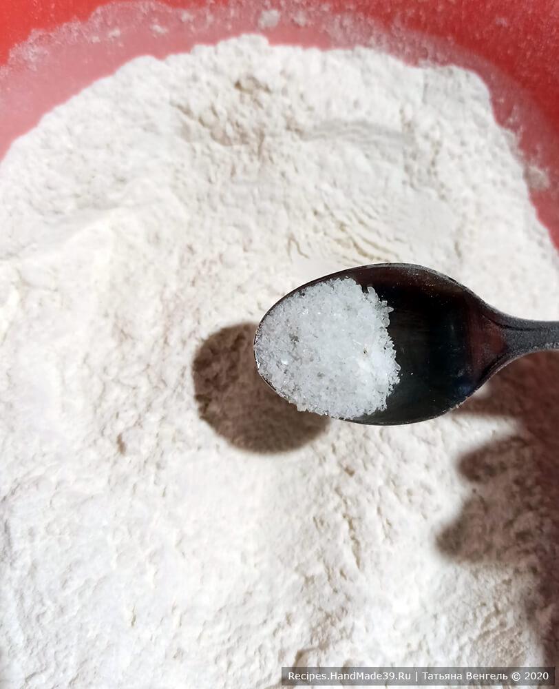 Приготовление теста для бисквитного торта: муку смешать с содой и разрыхлителем для теста. Добавить сахар, соль, ванилин, перемешать