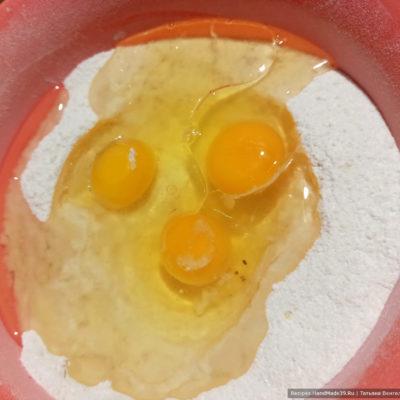Вбить яйца, растительное масло и перемешать