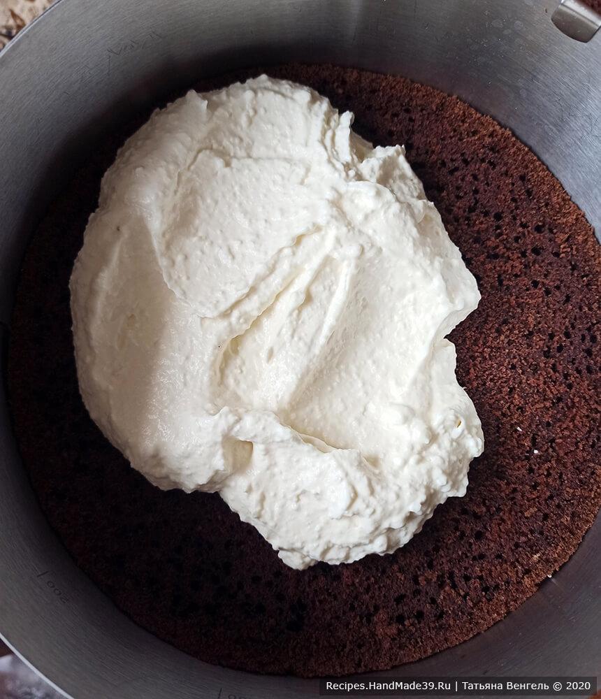 Торт удобно собирать в разъёмном кольце. Корж смазать кремом