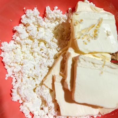 Приготовление теста для творожных лепёшек: мягкое сливочное масло размять с творогом