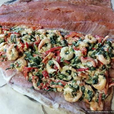 Раскройте рыбу. На нижней части распределите ровным слоем начинку, накройте второй половиной филе