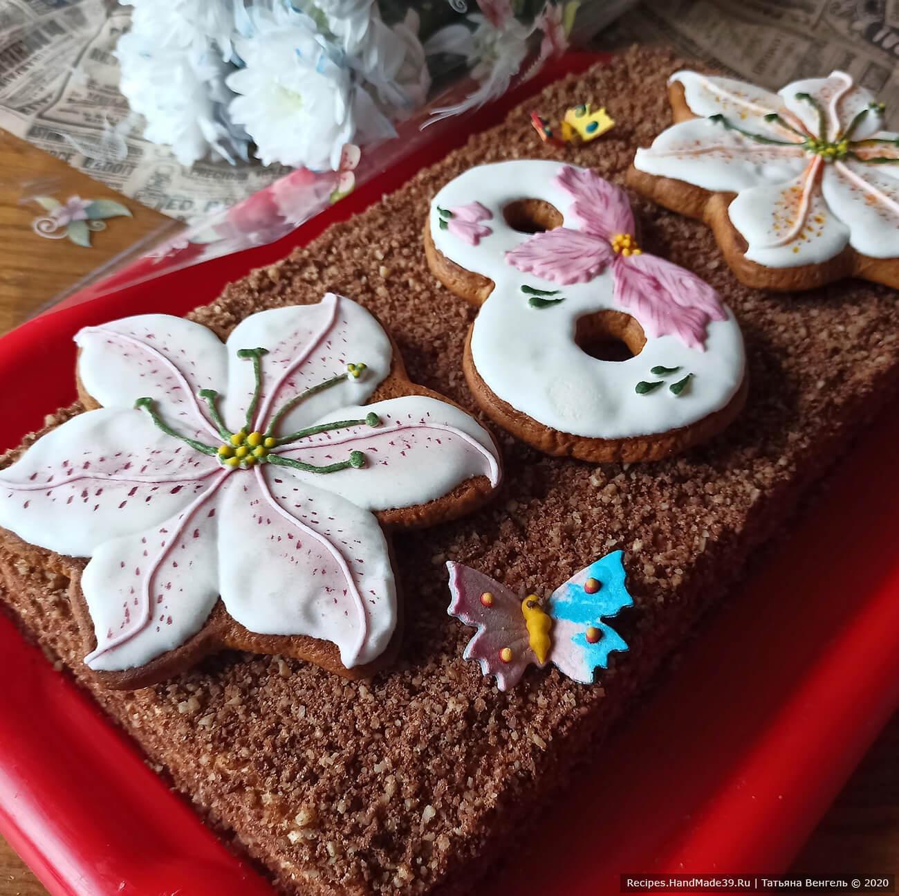 Торт-медовик украсить по своему вкусу. У меня имбирные пряники