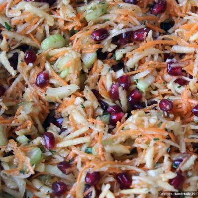 Подавать, соединив ингредиенты в одном салатнике или сделать порционную подачу