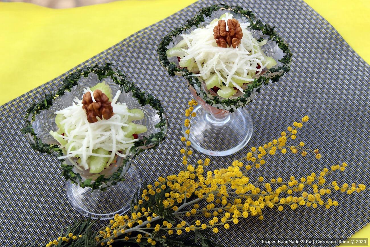 Постный салат аккуратно полить заправкой. Украсить половинкой грецкого ореха