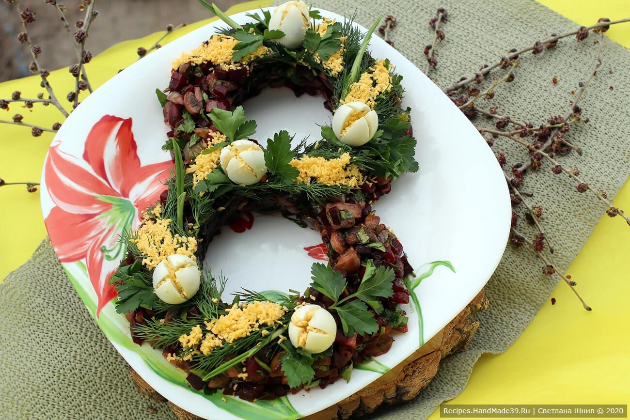 Оформить верх салата яйцами-«тюльпанами» и зеленью. Приятного аппетита!
