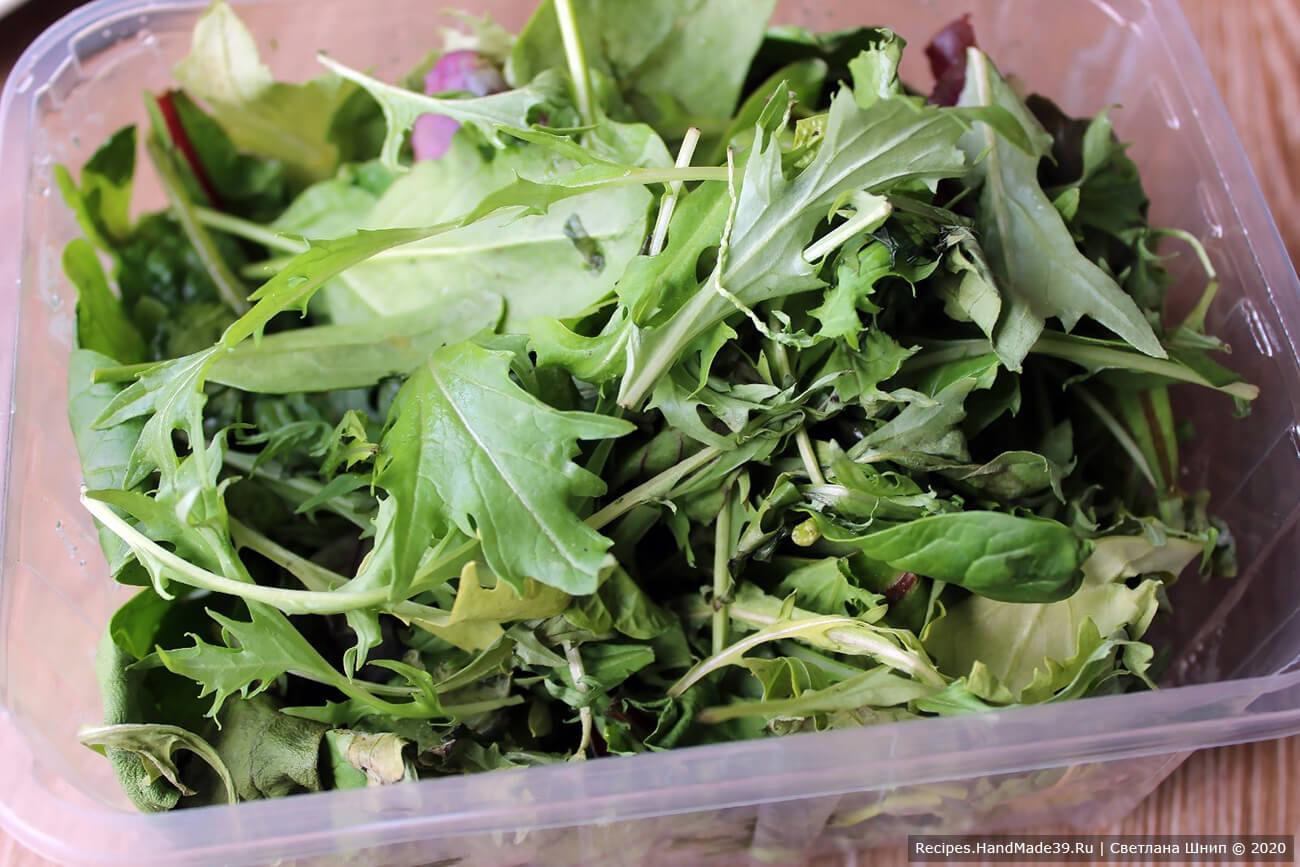 Подготовка ингредиентов для норвежского салата: листовой салат хорошо промыть, просушить, порвать