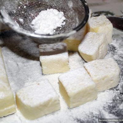 Бумагу снять, десерт разрезать на кубики