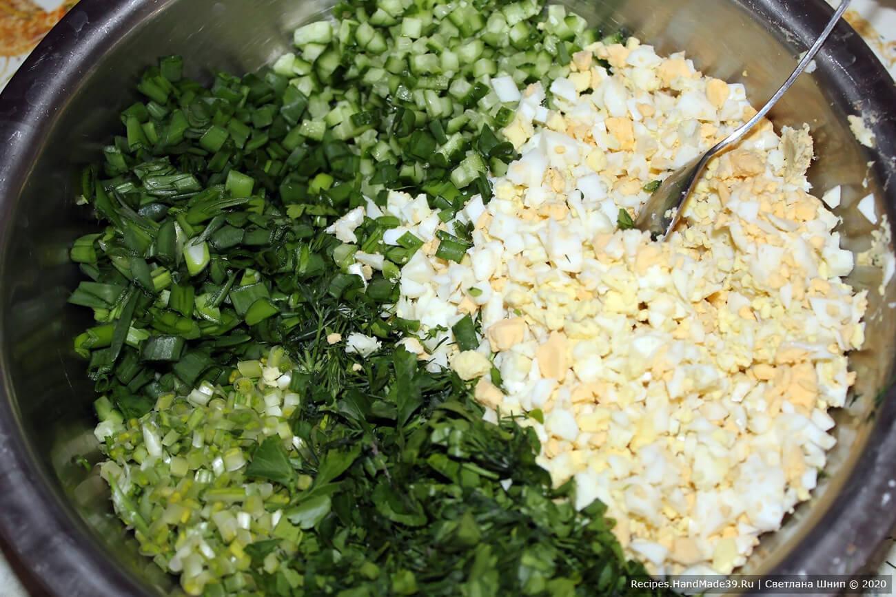 Соединить все подготовленные ингредиенты. Добавить по вкусу соль, чёрный молотый перец