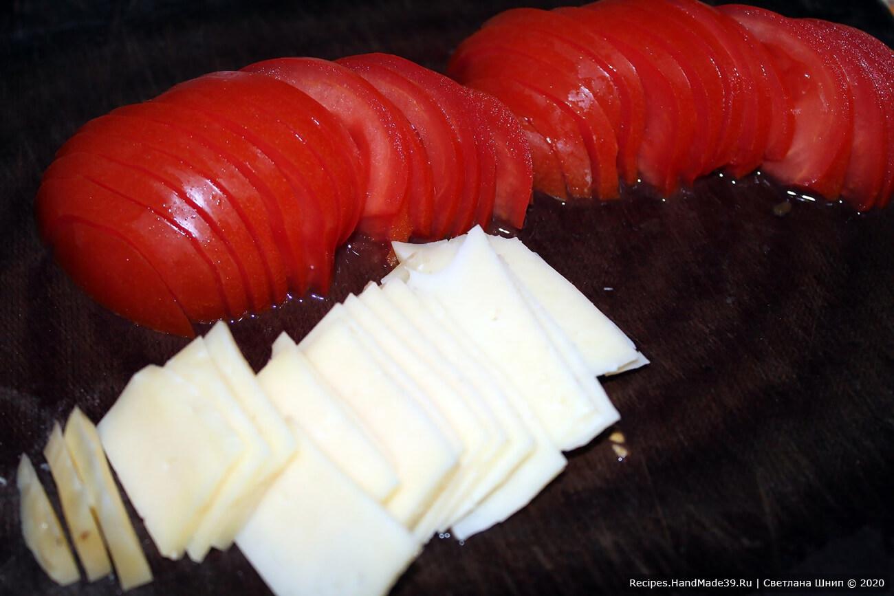 Помидор и сыр нарезать тонкими пластинками