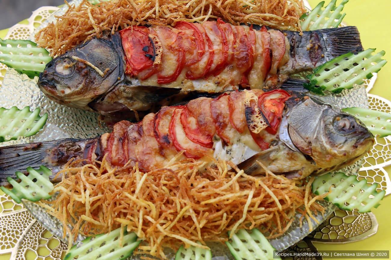 Готовой рыбе дать немного остыть. Подавать с картофелем пай