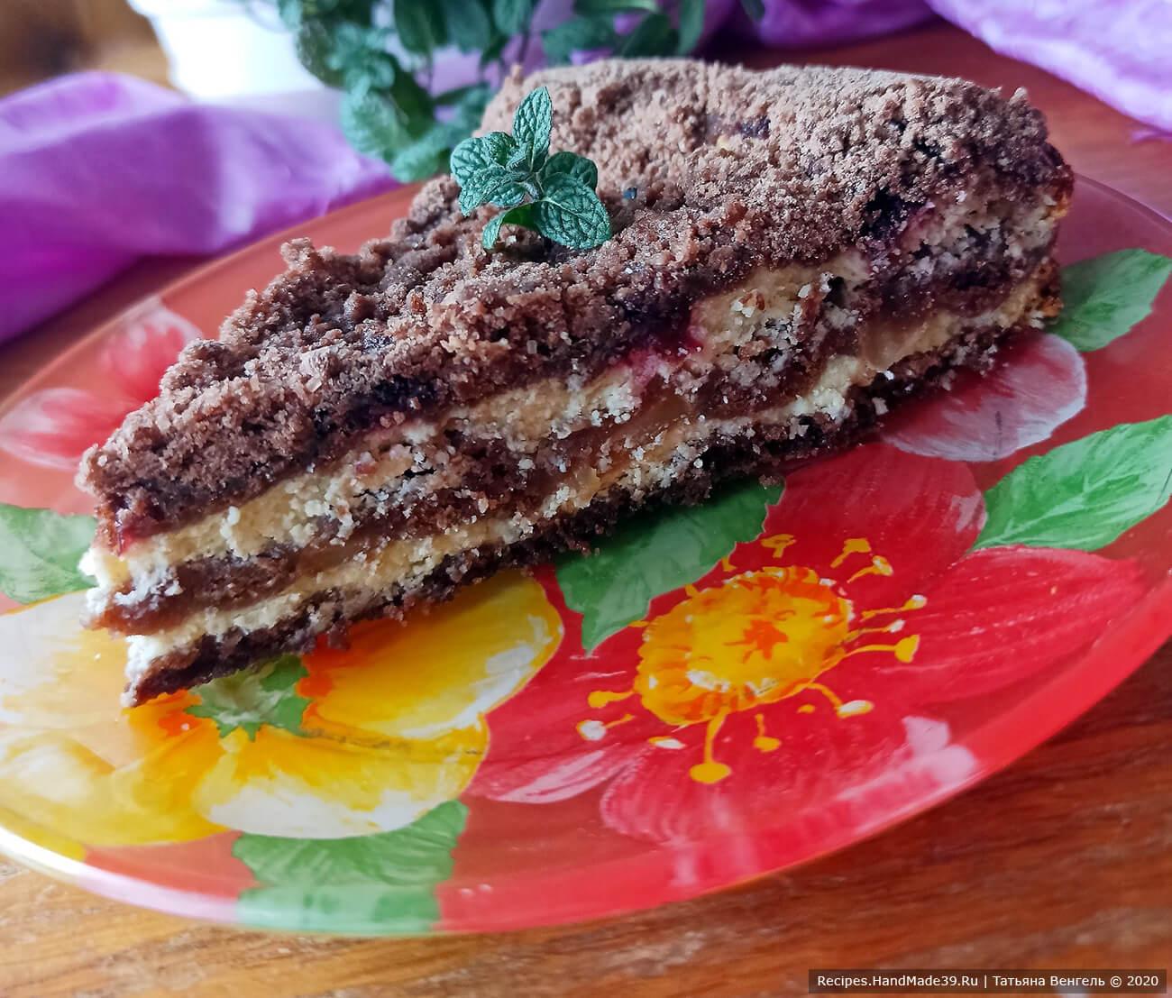 Выпекать шоколадную королевскую ватрушку около 50 минут в духовке при температуре 180 °C