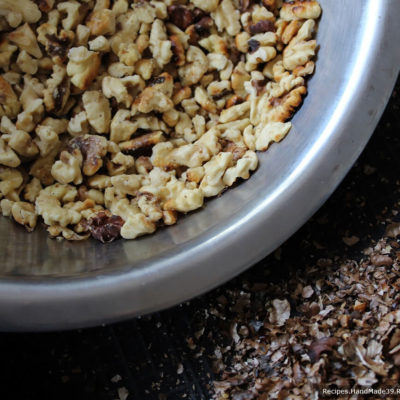 По возможности освободить орехи от шелухи, порубить ножом