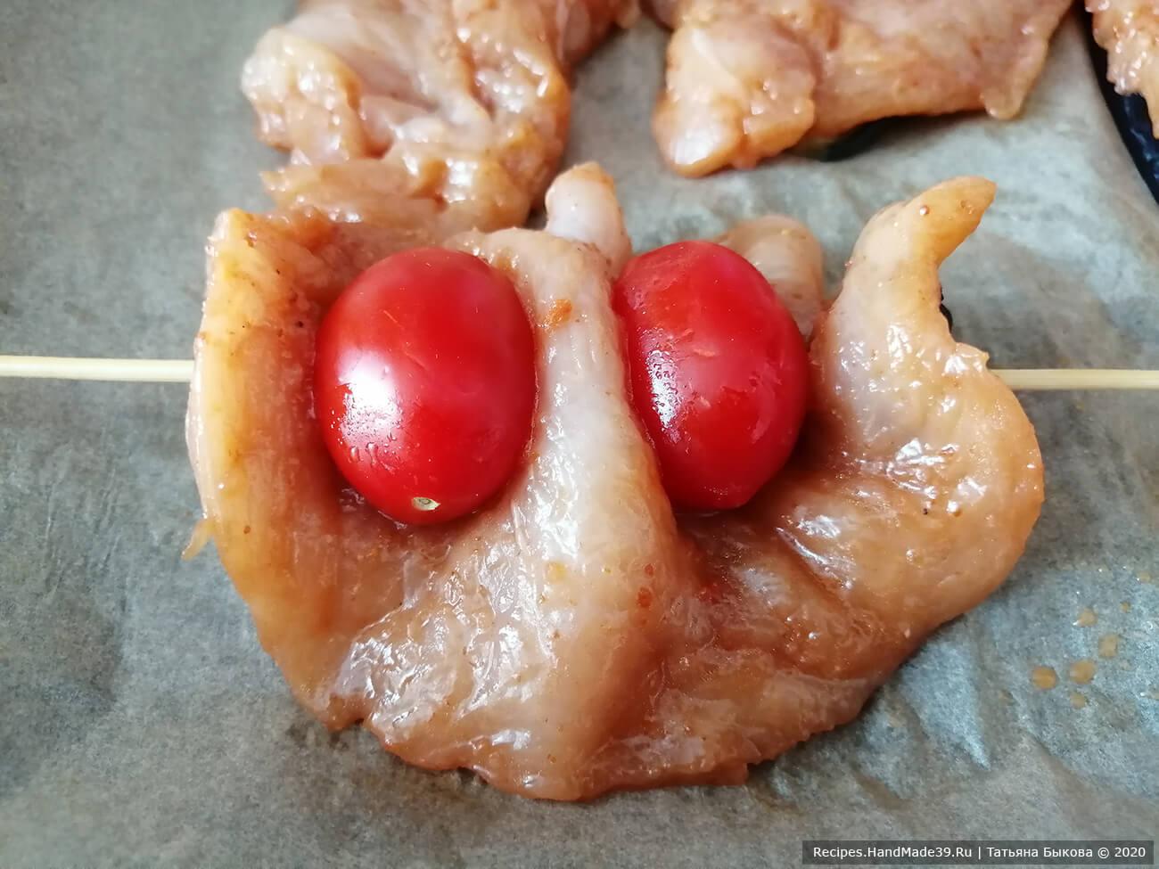 Нанизываем на шпажку помидоры черри, затем делаем складочку из баклажана с филе, а затем снова помидор