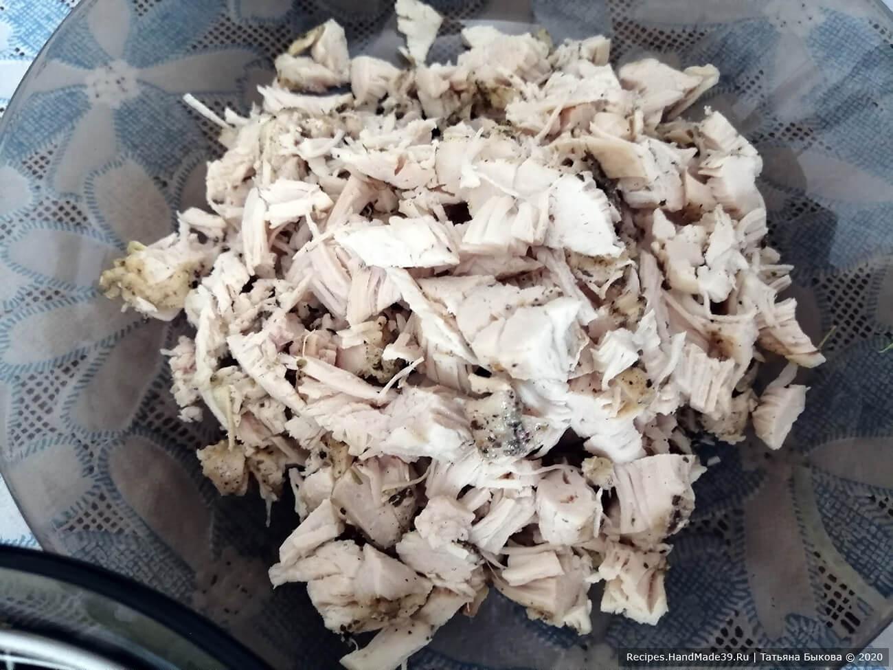 Запечённое куриное филе нарезать кубиками