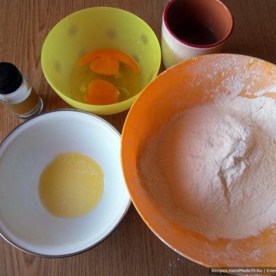 Соединить яйца, муку, воду, растопленное сливочное масло, соль