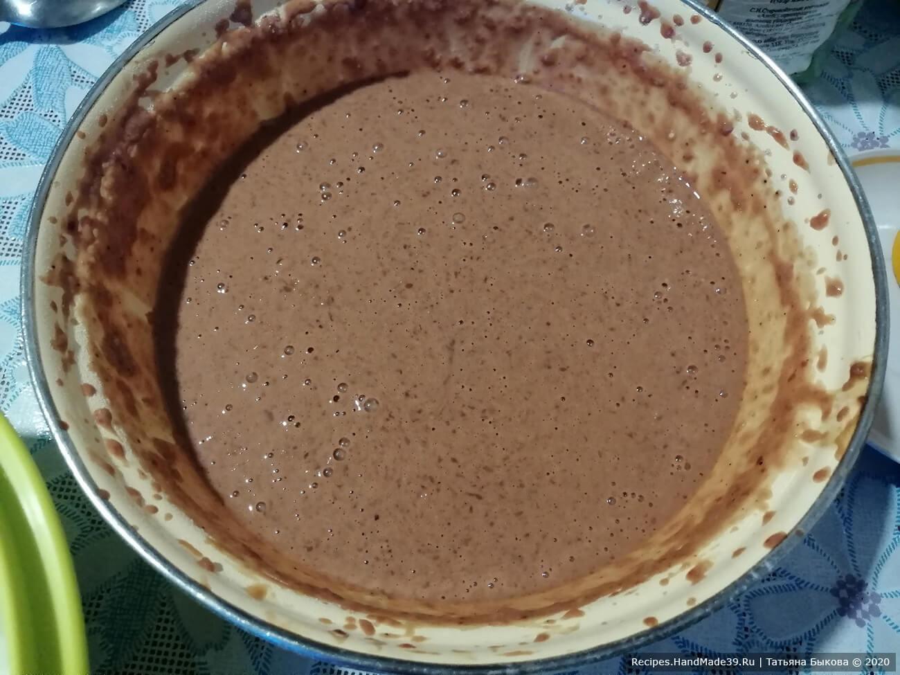 Приготовление печеночного суфле: добавить к печени сливки, растительное масло и коньяк. Всё измельчить в блендере