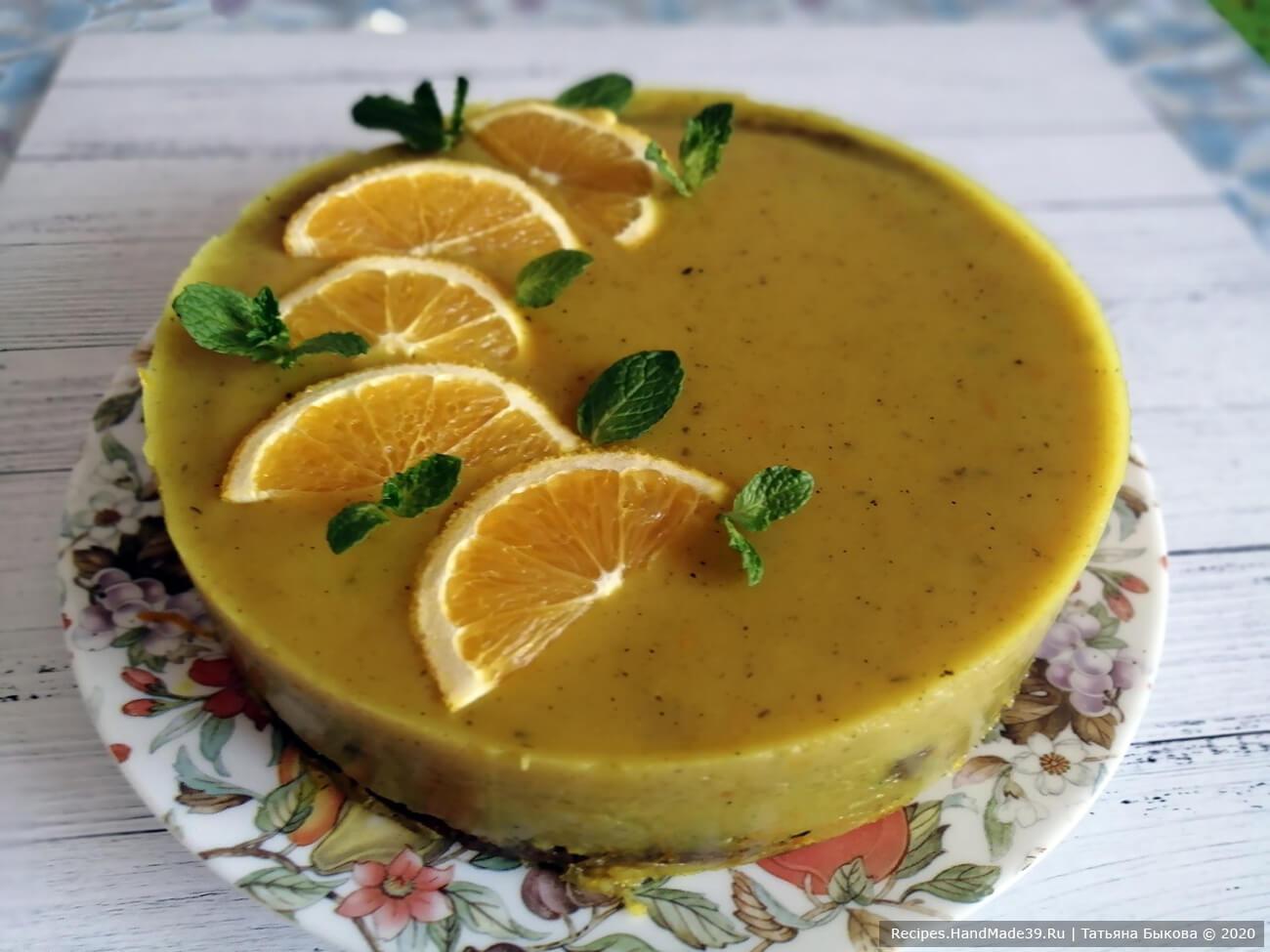 Залить половиной соуса суфле по бокам, охладить до застывания желе
