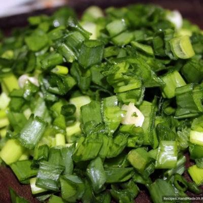Зелёный лук и зелень вымыть, измельчить