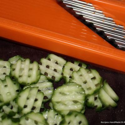 Свежие огурцы нарезать кружочками ножом или на тёрке