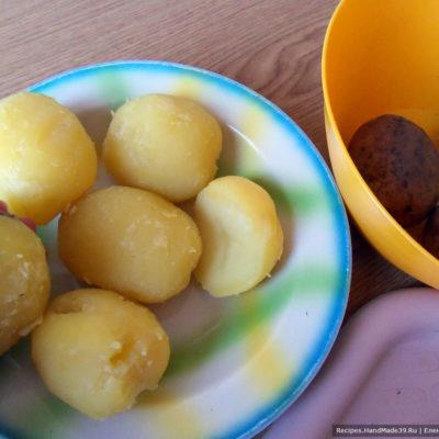 Картофель вымыть, отварить в мундире до готовности. остудить, очистить