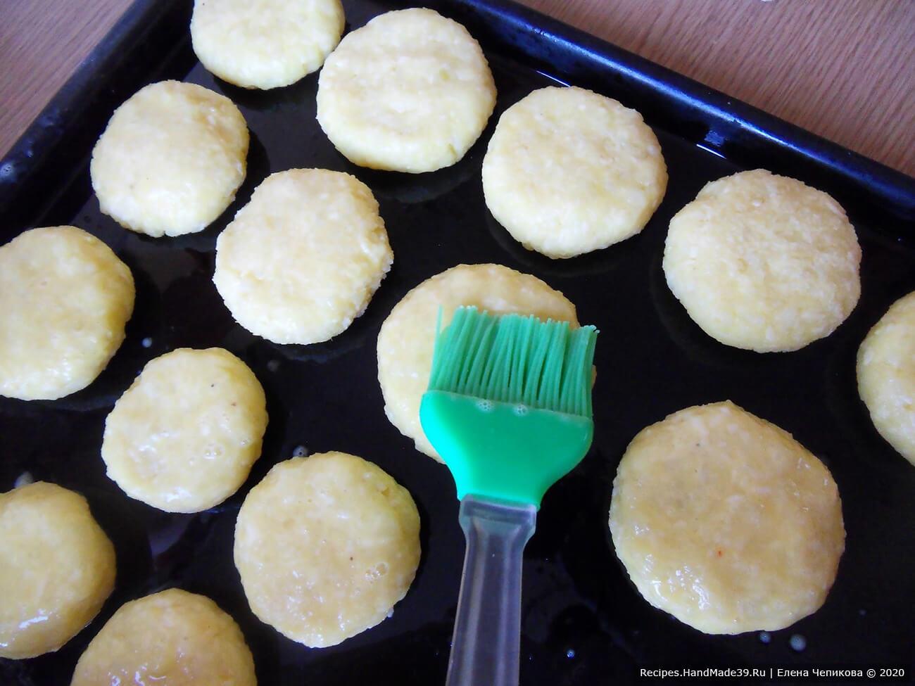 Каждый оладушек смазать яйцом с помощью кулинарной кисти