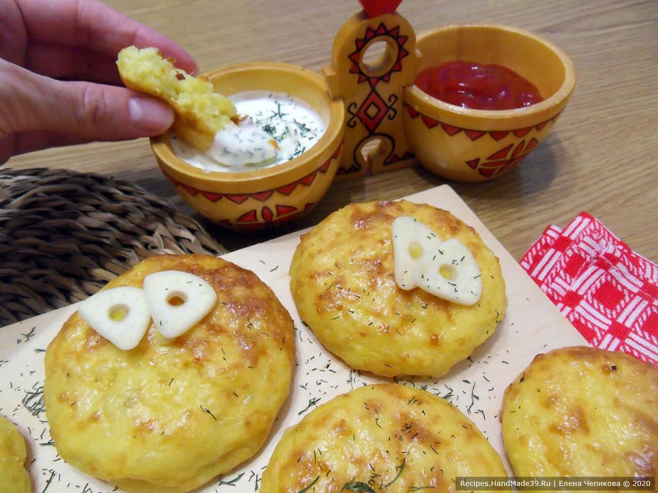 Картофельные оладьи запекать до золотистой корочки в духовке, предварительно разогретой до температуры 180 °C
