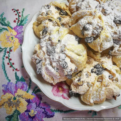 Слойка с орехами, изюмом и белковым кремом – пошаговый рецепт с фото