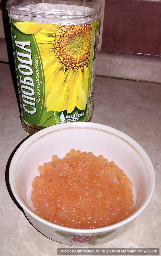 Теперь добавьте 1 столовую ложку растительного масла: икра готова для употребления