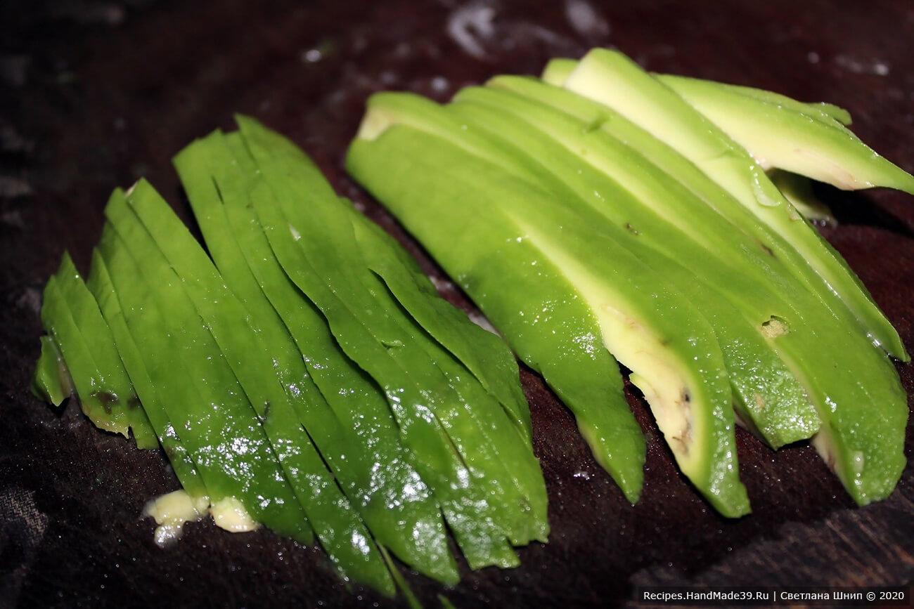 Авокадо вымыть, очистить, нарезать кубиками, оставить немного в виде соломки для украшения