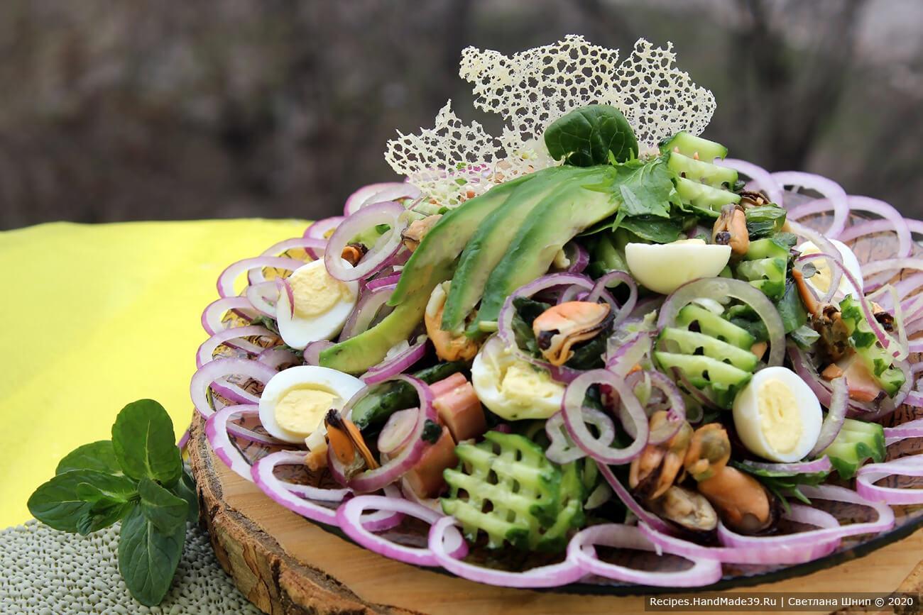 Подавать салат можно с домашними кружевными чипсами. Приятного аппетита!
