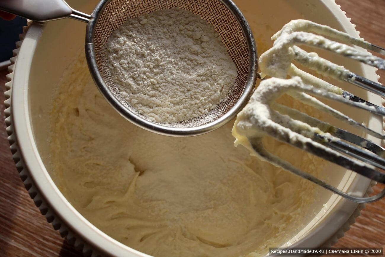 Мучную смесь добавить к сливочно-яичной, перемешать