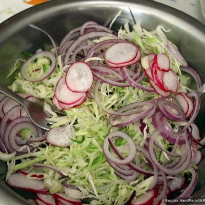 Подача салата: соединить все подготовленные овощи в салатнике