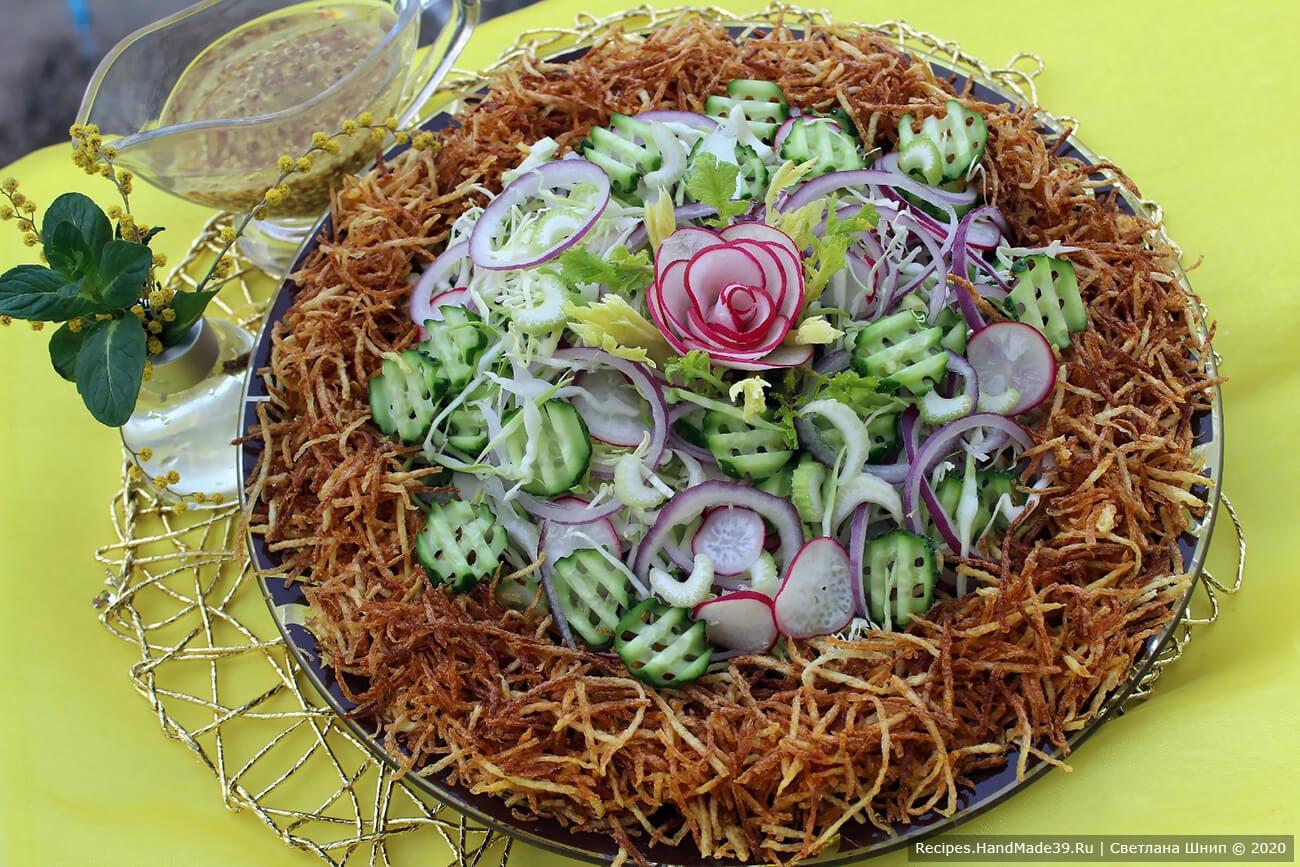 Перемешанные овощи выложить в центр блюда. По краю выложить картофель пай