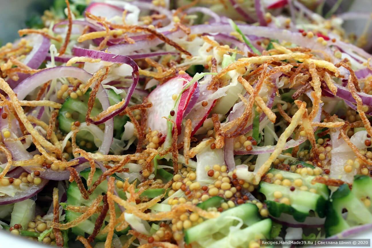 Картофель и овощи каждый соединяет уже у себя в тарелке, добавляет заправку и аккуратно перемешивает