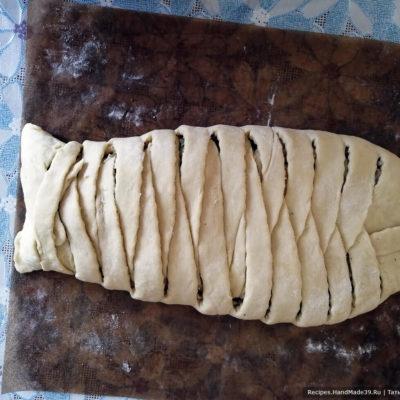 Пирог сразу формировать на пергаменте, затем осторожно перенести его на противень